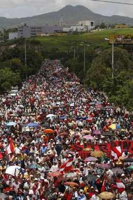 honduras 1000s-march-toward-airport